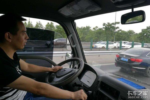 清障车司机揭行业内幕月赚四千难养家