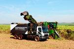 沃尔沃自动卡车收甘蔗 司机轻松 还能提高亩产量