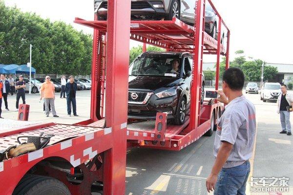 签约达1000台新款天锦轿运车亮相广州