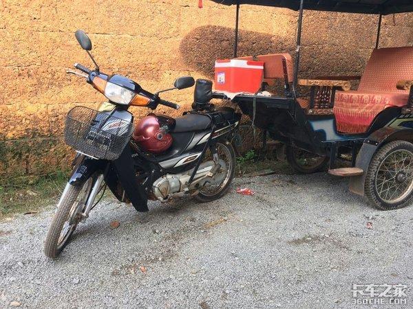 柬埔寨的摩托车拖个'挂车'就能客货两用