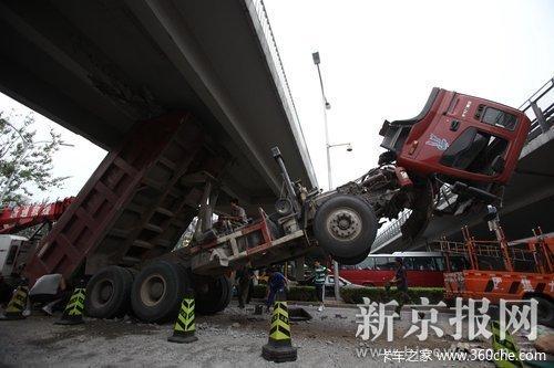 车厢突然升起撞上天桥