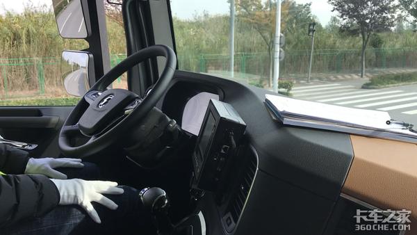 图森推自动驾驶卡车工信部部长现场试乘