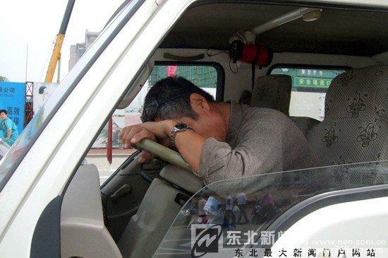 等信号灯时司机睡着了
