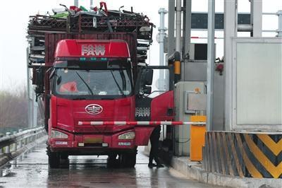 高速无人发卡机形同虚设司机下车取卡