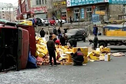 货车侧翻,路人帮忙捡回7万余瓶饮料!