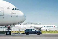 飞机牵引车:一个轮胎就能达到5万元