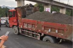 湖北一新修路面坍塌 货车车轮深陷其中