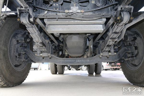重型卡车如何越野?动力强底盘高还不够