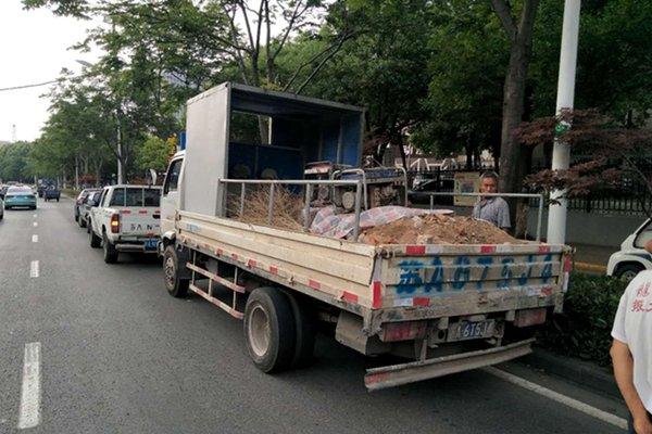 南京:卡车私自运输建筑垃圾,被城管查处罚了5000元