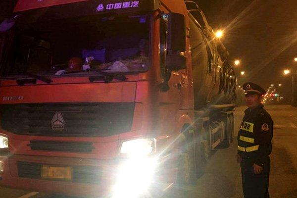 西乌旗:公安交警大队持续整治货车超限超载丝毫不放松