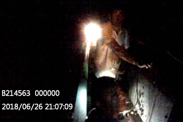 湖北:危险!黑夜中两半挂车高速路上违停抽油