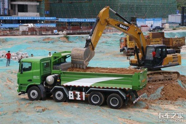 两种新型渣土车货箱盖板优缺点各不同