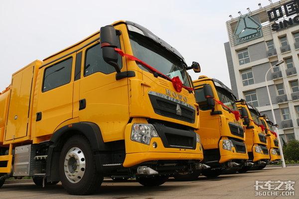 中国重汽正式向香港交付欧6洗街车!