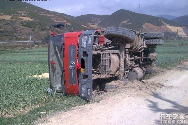 路面湿滑地基下陷卸货发生侧翻自卸车事故防不胜防