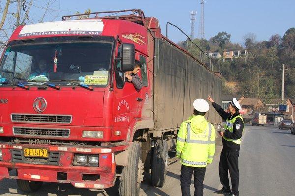 危险品司机无证驾驶遇交警闯卡不成钻入玉米地