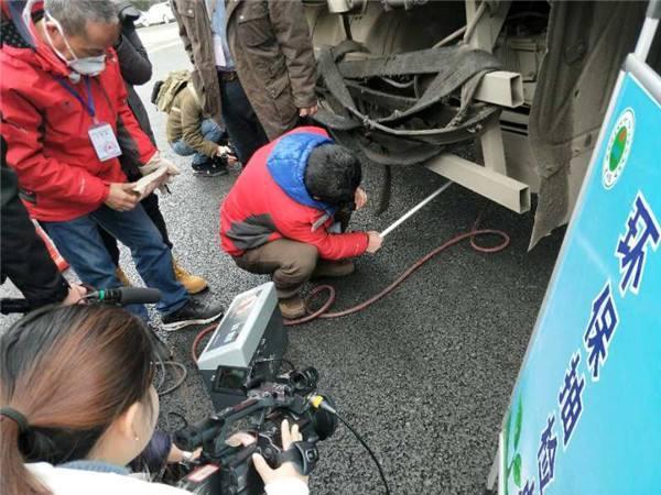 吉林四平:公安局对柴油货车尾气排放路上抽检