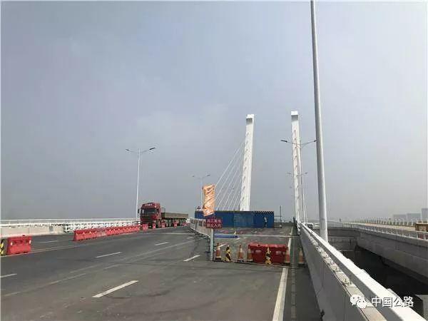 投资亿元的大桥四个月就大面积破损?承建方:超限车的锅!