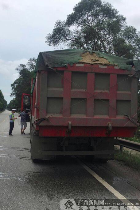 广西钦州:交警严查货车抛洒遗漏加装高栏的需拆卸恢复原装,
