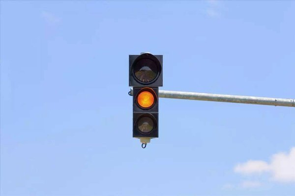 抢黄灯,货车撞电动车致两人死亡司机获刑3年车主赔180万