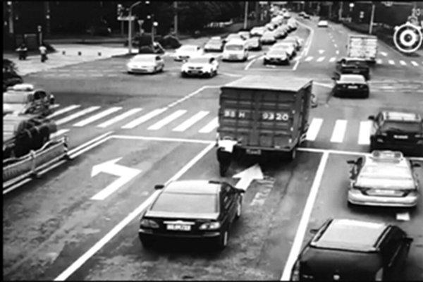 """4吨货车抛锚在十字路口""""开挂""""协警独自推开"""