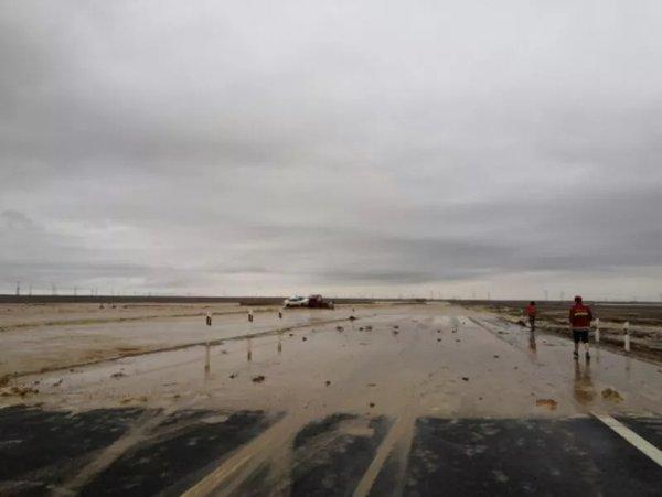 突发!G7骆驼圈子段因山洪积水,过往货车请绕行!