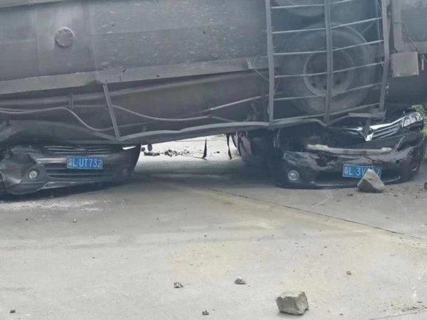 广东惠州发生惨烈事故水泥槽罐车侧翻压两辆小车致9人遇难