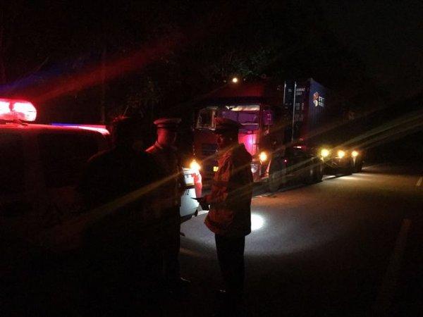 货车超载夜闯关罚1900元扣6分被拘5日