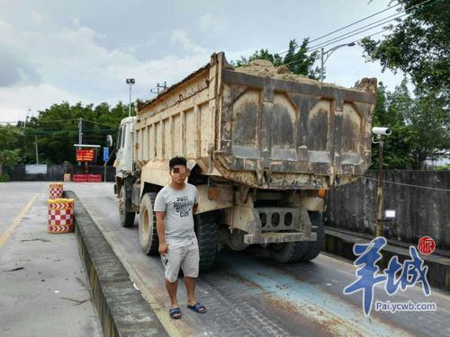 这位小伙活腻了?C1证实习期竟敢开报废泥头车超载上路!