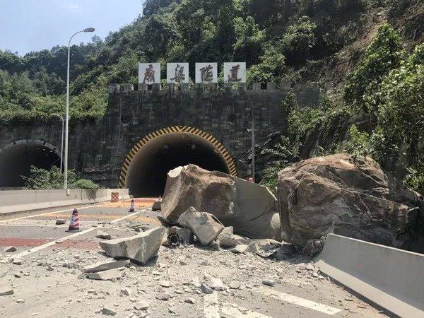 重庆高速发生塌方致大量车辆滞留开车是遇到塌方该怎么办?