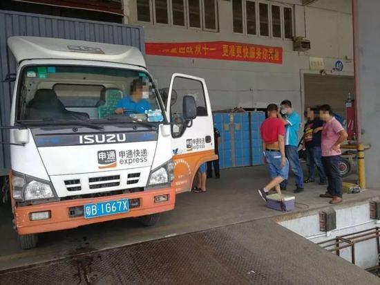 深圳:快递货车行驶时喷黑烟被罚500元