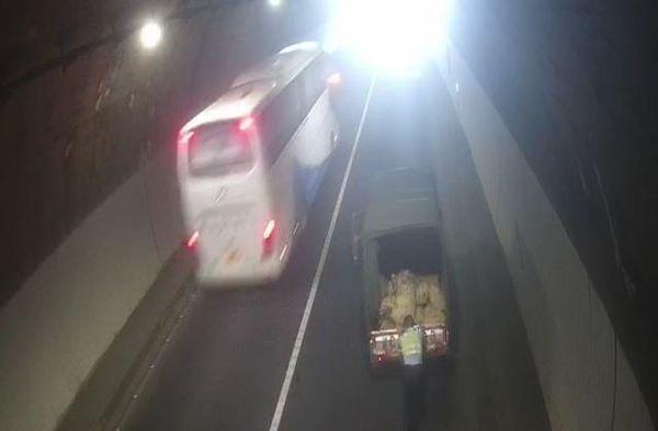 货车在隧道抛锚,交警徒手将车推出隧道