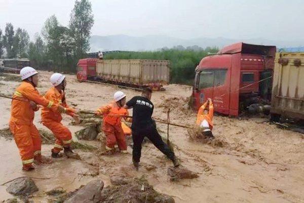 偃师山洪围困20多辆货车被困卡友全部安全解救