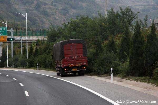 长途驾驶太累货车司机高速应急车道上停车睡觉