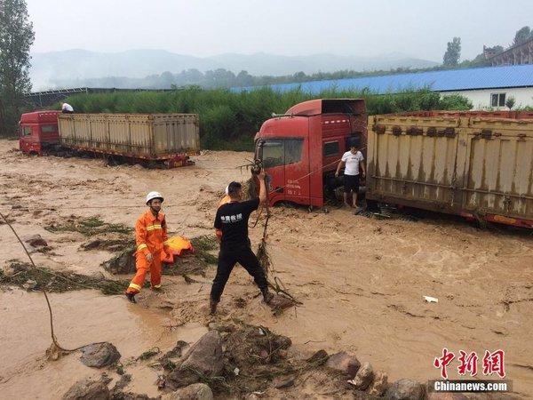 河南洛阳突发山洪大卡车被冲走司机靠绳索脱险