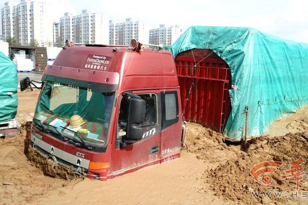 洪水过后榆林20辆半挂车被困淤泥中