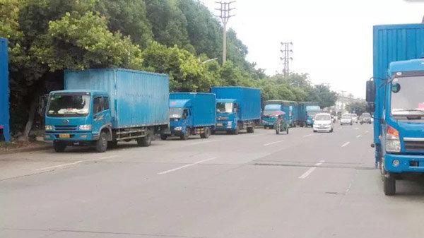 """深圳西丽数十辆货车""""赖""""在路边三年?"""