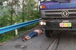货车司机因疲惫睡高速路 被罚200扣6分