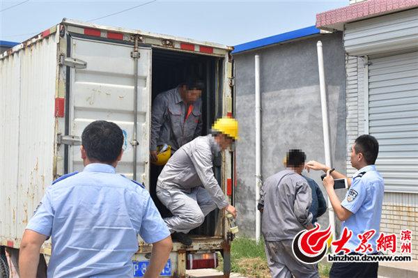 山东:轻型货车箱门未关违法拉载11人被博兴交警查处