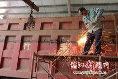 湛江:整治大货车违法 强制切割加高栏板