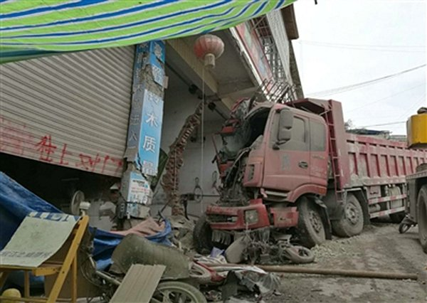 停着的货车突然冲撞民房 只因司机忘记了做这个动作!