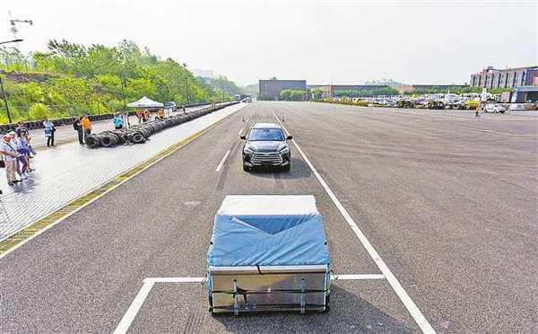自动驾驶汽车挑战赛:25吨重型卡车在障碍物前成功刹停