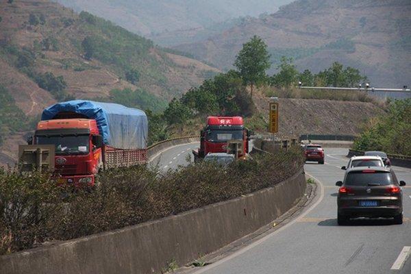 湖南汉寿联合执法查处30多台超载车辆,进行顶格处罚