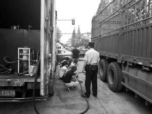 成都瓦解特大卖歪柴油团伙批捕11名涉案人员查获劣质柴油60余吨