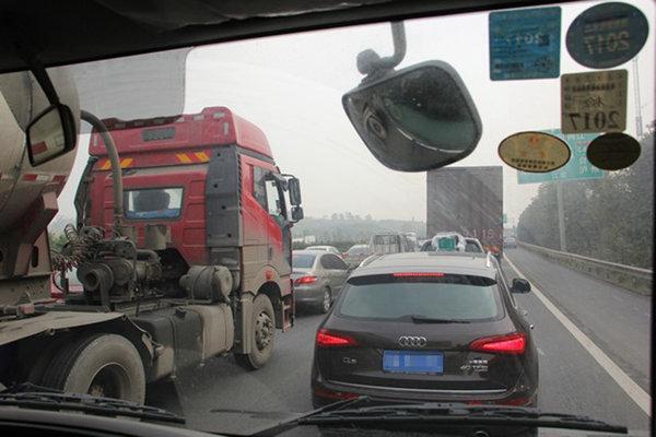海南G98西线高速交通管制期间不需绕行,按指挥行驶