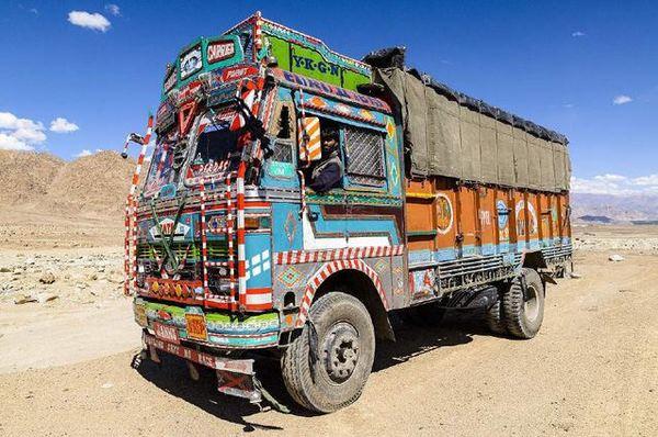 看千篇一律的国产卡车有视觉疲劳不妨看看花花绿绿的印度卡车