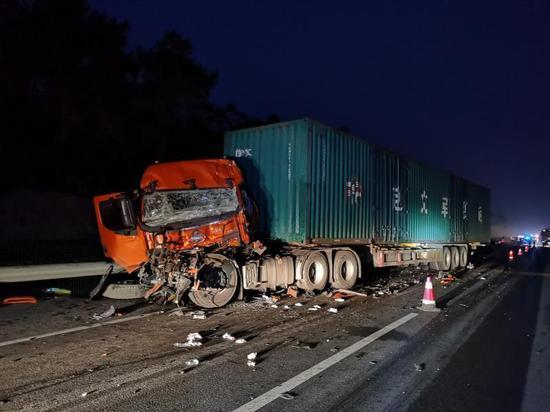悲剧!兰海高速两牵引车追尾后车司机当场身亡