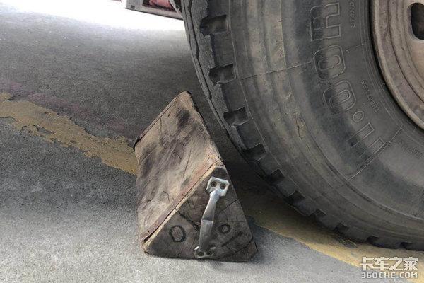 别小看这块木头有时它比手刹还好用!你车上有吗?