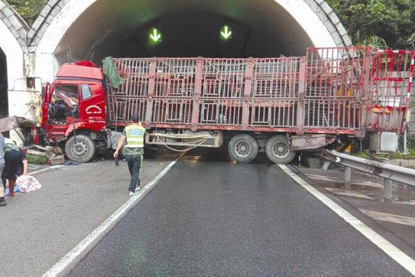 货车出事横在隧道口众人合力救援,与死神赛跑