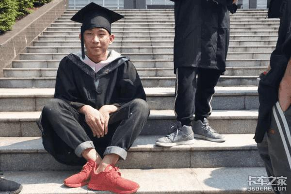 他是一名本科毕业的高材生,他的愿望是成为一名卡车司机