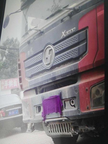 多此一举?司机遮挡车牌被查处,没想到竟是假车牌